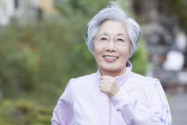 Nữ bác sĩ 100 tuổi có khuôn mặt hồng hào, mái tóc dày, bí quyết sức khỏe: Không bao giờ ăn 2 thứ - Ảnh 5.