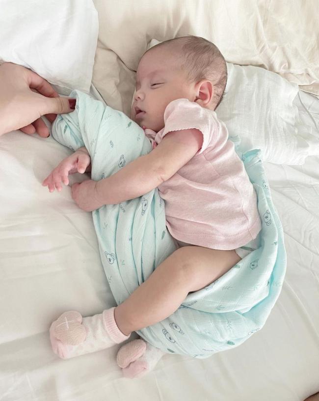 """Hồ Ngọc Hà khoe con gái nằm ngủ trông yêu """"muốn xỉu"""", hội mẹ bỉm liền nhận ra chiếc khăn quấn bé giá rẻ thôi nhưng dùng cực thích - Ảnh 2."""