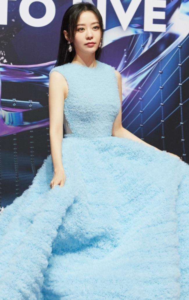 Trương Lương Dĩnh nổi bật trên thảm đỏ với bộ váy khá cồng kềnh.