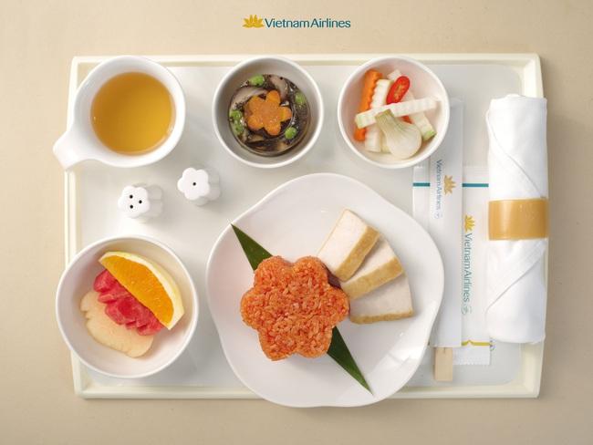 Bánh chưng, dưa hành, xôi gấc xuất hiện trên các chuyến bay Tết của Vietnam Airlines, dân mạng đề xuất hãng phục vụ cả hạng bình dân - Ảnh 1.