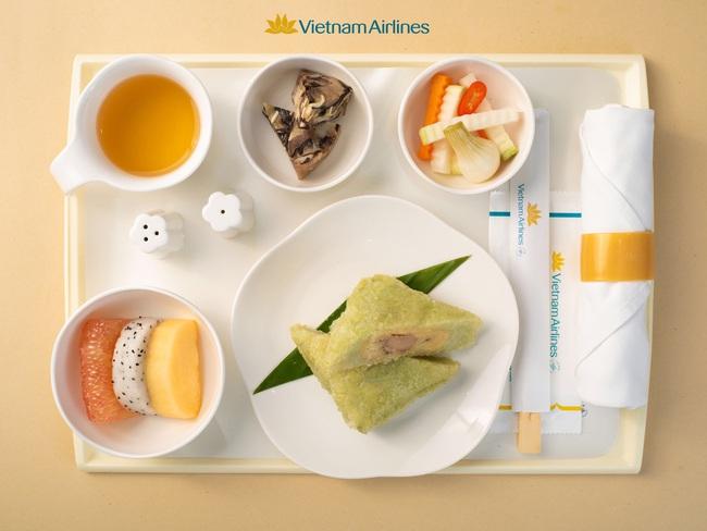 Bánh chưng, dưa hành, xôi gấc xuất hiện trên các chuyến bay Tết của Vietnam Airlines, dân mạng đề xuất hãng phục vụ cả hạng bình dân - Ảnh 2.