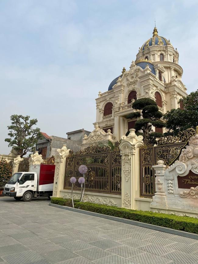 """Đám cưới """"khủng"""" trong lâu đài dát vàng ở Ninh Bình khiến MXH """"mắt tròn mắt dẹt"""" từ không gian tiệc cưới xa hoa đến thực đơn đãi khách toàn những món """"nhà giàu"""" - Ảnh 9."""