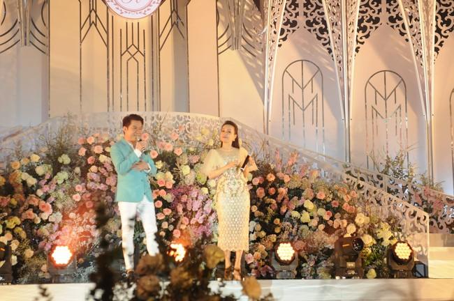 """Đám cưới """"khủng"""" trong lâu đài dát vàng ở Ninh Bình khiến MXH """"mắt tròn mắt dẹt"""" từ không gian tiệc cưới xa hoa đến thực đơn đãi khách toàn những món """"nhà giàu"""" - Ảnh 11."""
