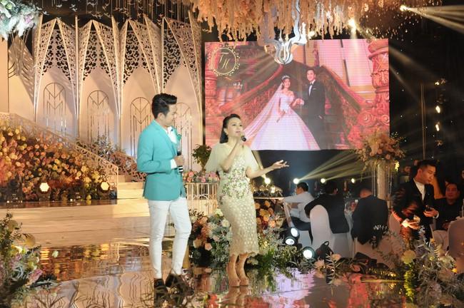 """Đám cưới """"khủng"""" trong lâu đài dát vàng ở Ninh Bình khiến MXH """"mắt tròn mắt dẹt"""" từ không gian tiệc cưới xa hoa đến thực đơn đãi khách toàn những món """"nhà giàu"""" - Ảnh 10."""