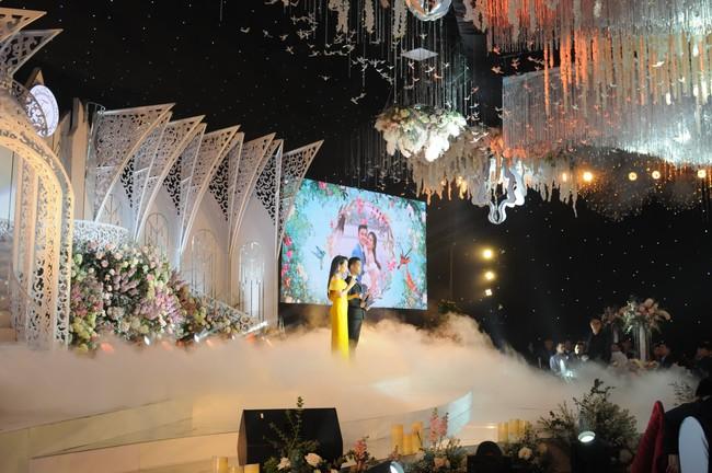 """Đám cưới """"khủng"""" trong lâu đài dát vàng ở Ninh Bình khiến MXH """"mắt tròn mắt dẹt"""" từ không gian tiệc cưới xa hoa đến thực đơn đãi khách toàn những món """"nhà giàu"""" - Ảnh 12."""