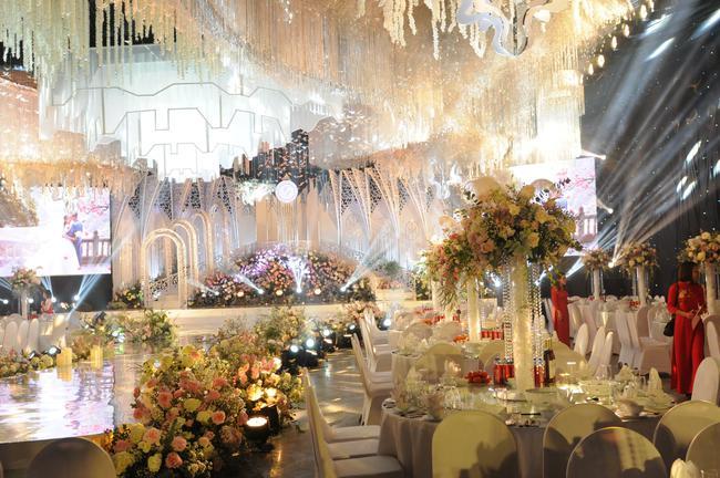 """Đám cưới """"khủng"""" trong lâu đài dát vàng ở Ninh Bình khiến MXH """"mắt tròn mắt dẹt"""" từ không gian tiệc cưới xa hoa đến thực đơn đãi khách toàn những món """"nhà giàu"""" - Ảnh 14."""