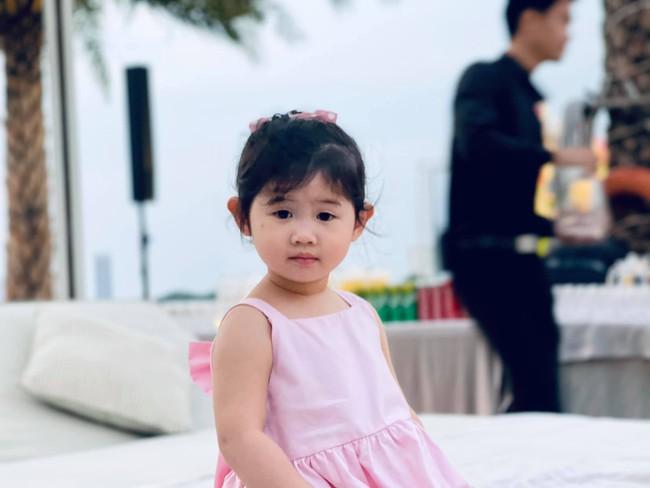 Ngoại hình hiện tại của các em bé nhà sao Việt chào đời đúng dịp Tết, ngỡ ngàng nhất là tiểu thư nhà Nhã Phương - Trường Giang - Ảnh 9.