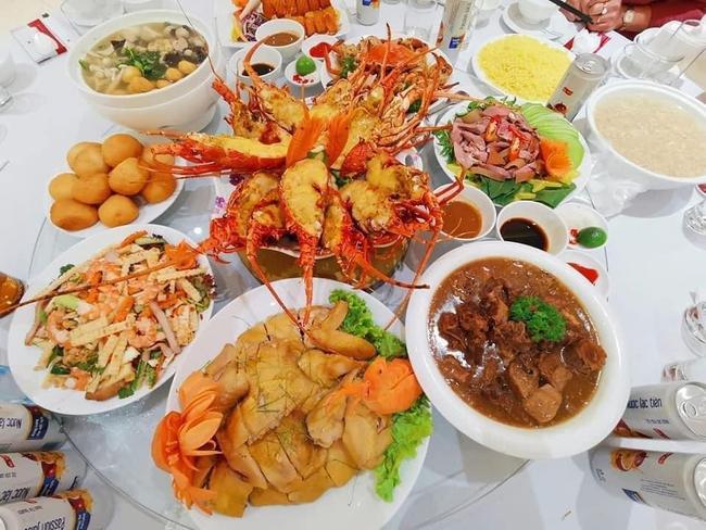 """Đám cưới """"khủng"""" trong lâu đài dát vàng ở Ninh Bình khiến MXH """"mắt tròn mắt dẹt"""" từ không gian tiệc cưới xa hoa đến thực đơn đãi khách toàn những món """"nhà giàu"""" - Ảnh 13."""