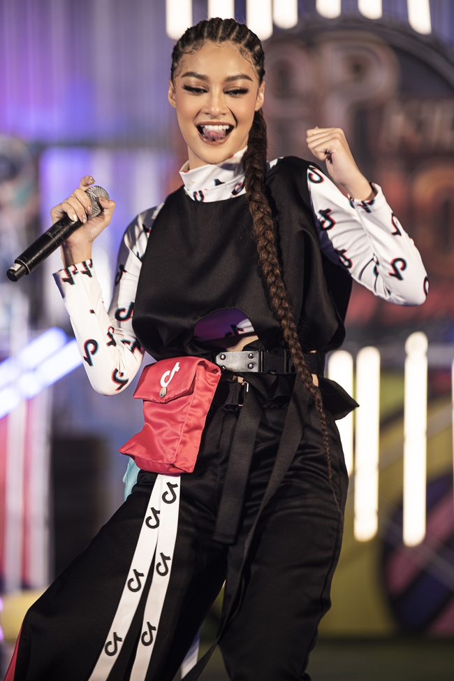 Lãnh Thanh chăm chú xem Nam Em catwalk, mẫu tây Anna lần đầu xuất hiện sau scandal đánh ghen  - Ảnh 2.
