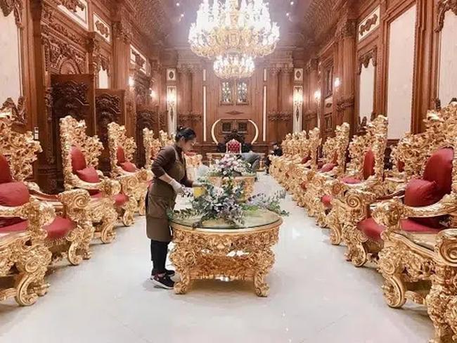"""Đám cưới """"khủng"""" trong lâu đài dát vàng ở Ninh Bình khiến MXH """"mắt tròn mắt dẹt"""" từ không gian tiệc cưới xa hoa đến thực đơn đãi khách toàn những món """"nhà giàu"""" - Ảnh 6."""