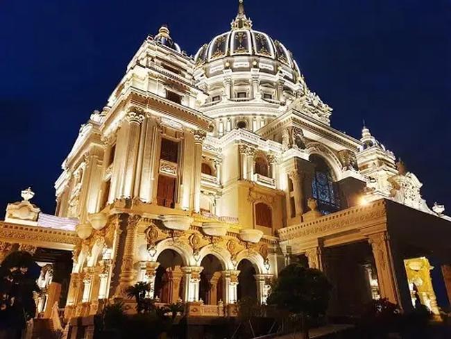 """Đám cưới """"khủng"""" trong lâu đài dát vàng ở Ninh Bình khiến MXH """"mắt tròn mắt dẹt"""" từ không gian tiệc cưới xa hoa đến thực đơn đãi khách toàn những món """"nhà giàu"""" - Ảnh 1."""