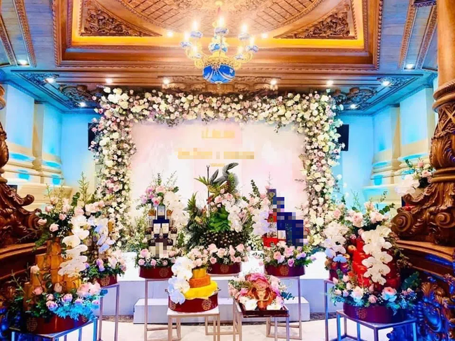"""Đám cưới """"khủng"""" trong lâu đài dát vàng ở Ninh Bình khiến MXH """"mắt tròn mắt dẹt"""" từ không gian tiệc cưới xa hoa đến thực đơn đãi khách toàn những món """"nhà giàu"""" - Ảnh 7."""