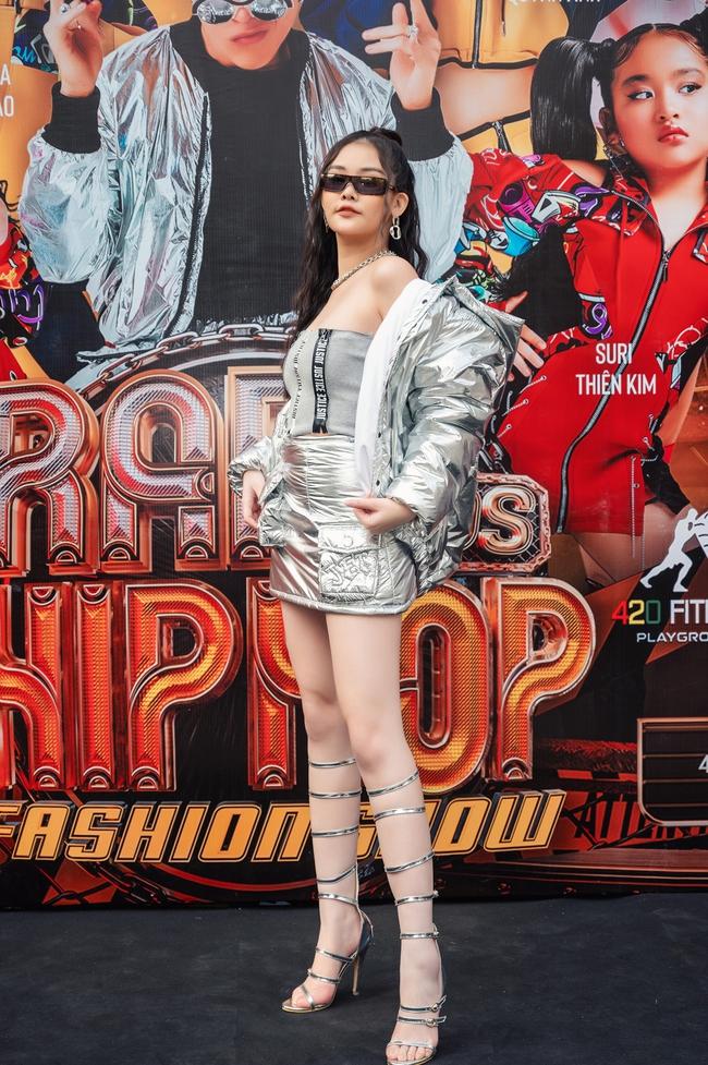 Lãnh Thanh chăm chú xem Nam Em catwalk, mẫu tây Anna lần đầu xuất hiện sau scandal đánh ghen  - Ảnh 1.