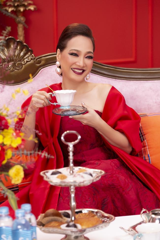 """""""Gái già lắm chiêu V"""": Kaity Nguyễn sang chảnh, đẹp kiêu kỳ trong màn chúc Tết giàu sang - Ảnh 8."""