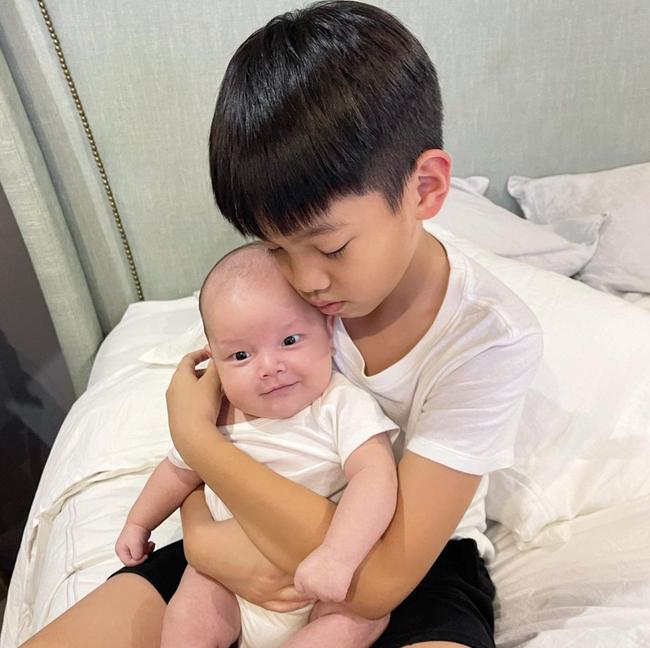 Loạt nhóc tỳ nhà sao Việt chào đời năm 2020 vừa lần lượt lộ diện, xem ảnh xong ai cũng ngưỡng mộ cách nuôi con của các mẹ - Ảnh 3.