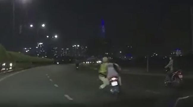 Clip: Nam thanh niên phóng như bay bất chấp nguy hiểm kéo lê CSGT đang bám vào chiếc xe máy của mình - Ảnh 2.