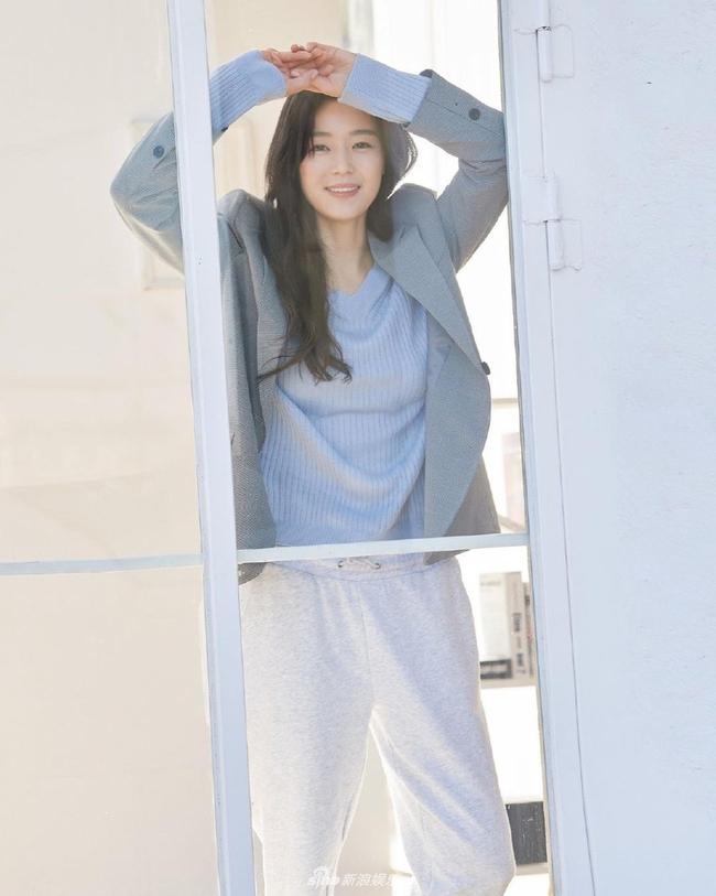 """Nhan sắc ở tuổi 40 của """"mợ chảnh"""" Jeon Ji Hyun có gì mà được nhận xét vượt trội hơn hẳn Kim Tae Hee? - Ảnh 1."""