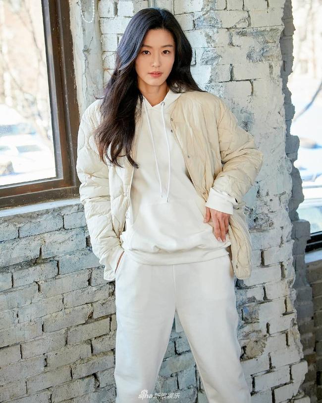 """Nhan sắc ở tuổi 40 của """"mợ chảnh"""" Jeon Ji Hyun có gì mà được nhận xét vượt trội hơn hẳn Kim Tae Hee? - Ảnh 5."""