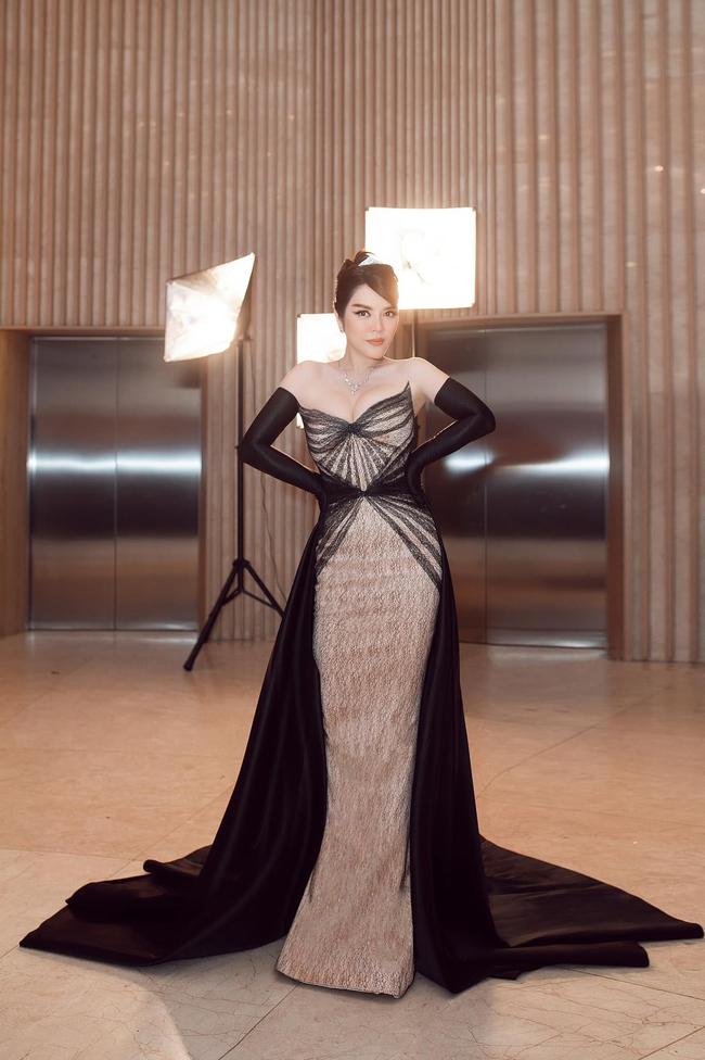 """Lý Nhã Kỳ diện thiết kế Haute Couture tôn vóc dáng đồng hồ cát, nhưng lại vướng nghi án """"đồ đạo nhái""""  - Ảnh 1."""