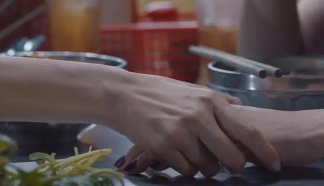 Nam Em quay lại đóng phim sau ồn ào tình cảm, vẫn rất xinh đẹp nhưng quay cả cảnh ôm ấp bạn diễn nữ - Ảnh 3.