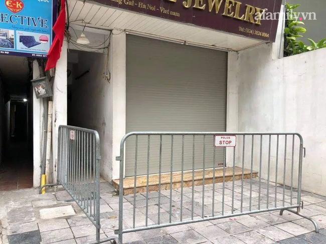 Hà Nội lập chốt chặn, phong tỏa một ngôi nhà trên phố Hàng Gai nơi ca nghi mắc COVID-19 sinh sống - Ảnh 1.