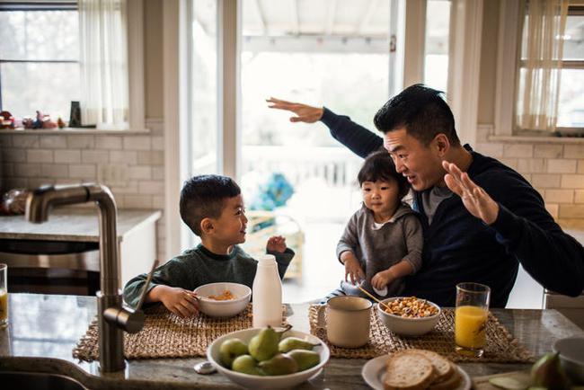 Không cần bắt ép hay bày đủ trò, nếu nắm được 5 mẹo vô cùng đơn giản này, trẻ sẽ tự ăn nhiều và ngon miệng hơn - Ảnh 1.