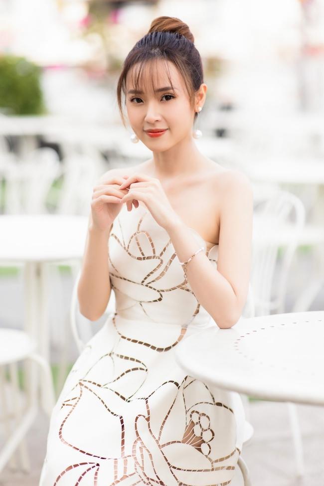 """""""Crush"""" quốc dân Midu diện váy trắng xinh như nữ thần, tổ chức tiệc trên du thuyền sang chảnh  - Ảnh 4."""