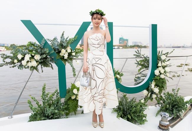 """""""Crush"""" quốc dân Midu diện váy trắng xinh như nữ thần, tổ chức tiệc trên du thuyền sang chảnh  - Ảnh 3."""