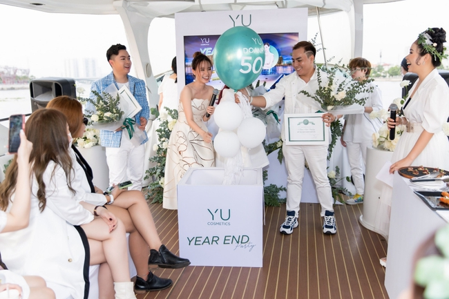 """""""Crush"""" quốc dân Midu diện váy trắng xinh như nữ thần, tổ chức tiệc trên du thuyền sang chảnh  - Ảnh 7."""