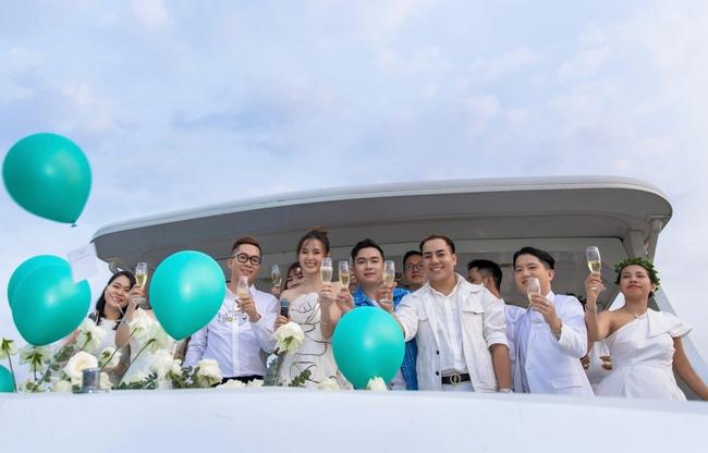 """""""Crush"""" quốc dân Midu diện váy trắng xinh như nữ thần, tổ chức tiệc trên du thuyền sang chảnh  - Ảnh 8."""