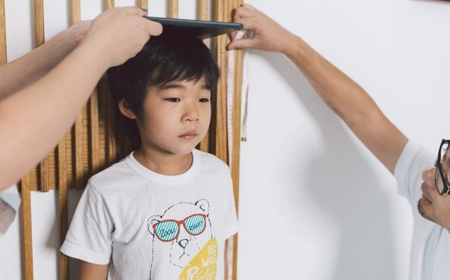 Chuyên gia khuyến cáo bố mẹ nên làm những việc này từ nhỏ để con đạt chiều cao tối đa, việc cuối cùng không mấy nhà làm được - Ảnh 1.