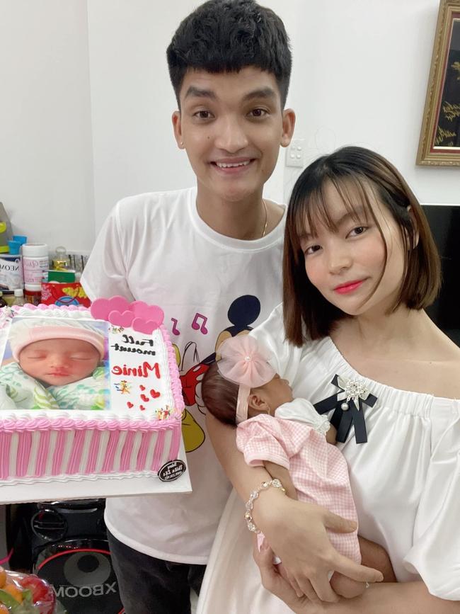 Tròn 1 tháng tuổi, con gái Mạc Văn Khoa ngày càng đáng yêu, gia nhập hội rich kid khi được bố mẹ tặng quà hơn 250 triệu đồng - Ảnh 1.