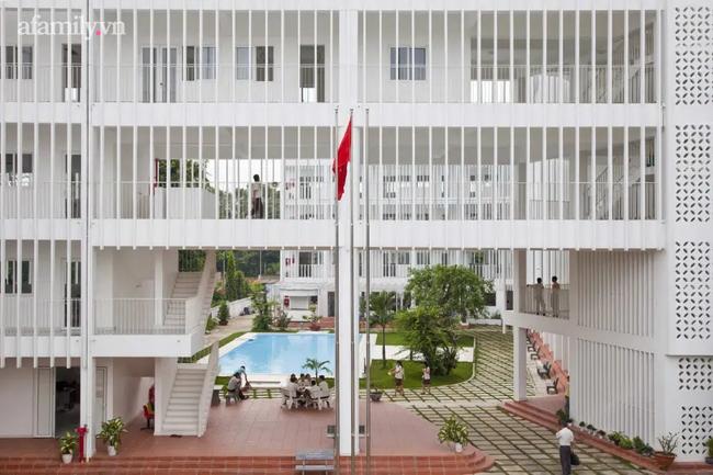 """Ngôi trường """"sát vách"""" Sài Gòn nhưng lọt thỏm giữa cả cánh rừng, đặc biệt nhất là kiến trúc chữ S uốn lượn, không hổ danh là 1 trong 10 trường đẹp nhất Việt Nam - Ảnh 2."""