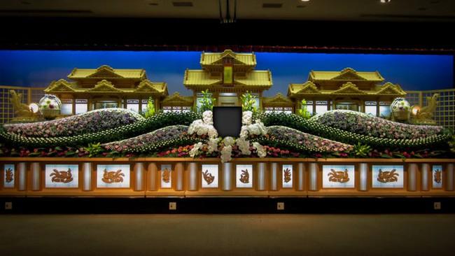 Người Nhật tiễn người đã khuất bằng hoa tươi theo cách cực kỳ lộng lẫy, công ty hoa tang lễ thu hơn nghìn tỷ mỗi năm - Ảnh 8.