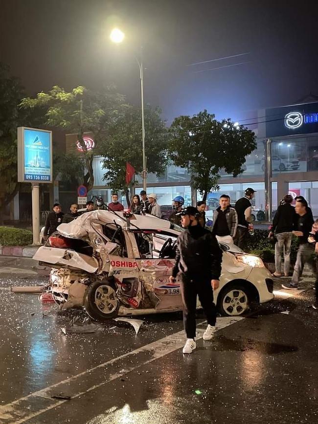 Xe bán tải gây tai nạn kinh hoàng khiến cô gái trẻ nguy kịch, hiện trường vụ tai nạn khiến nhiều người ám ảnh - Ảnh 1.