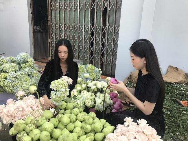 Á hậu Phương Nga chèo xuồng đi chợ, cùng Thúy An trang trí đám cưới đầy hoa tại quê nhà - Ảnh 6.