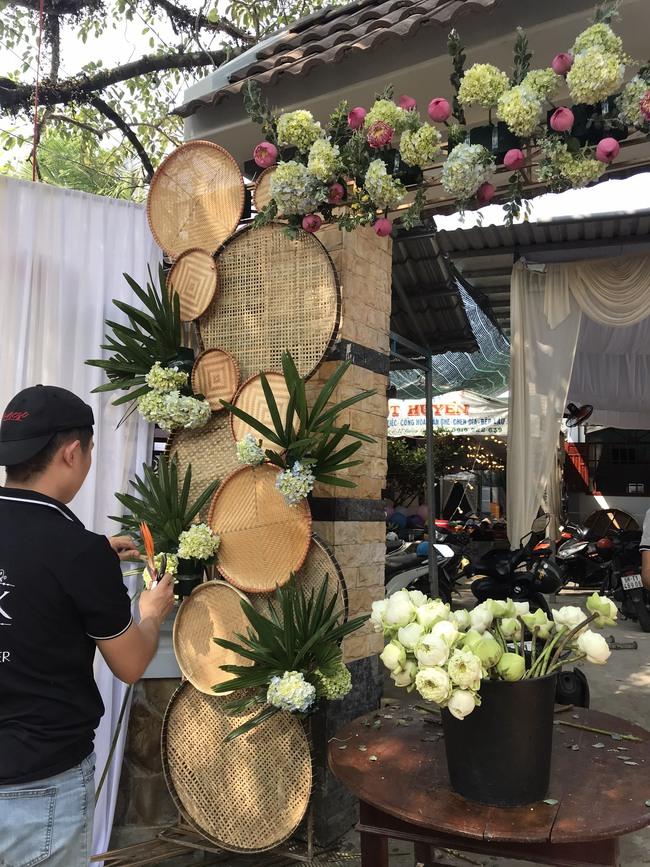 Á hậu Phương Nga chèo xuồng đi chợ, cùng Thúy An trang trí đám cưới đầy hoa tại quê nhà - Ảnh 9.