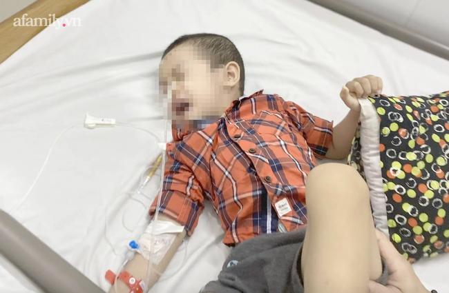 Bé trai 4 tuổi nuốt cục pin gỉ sét bị bỏng thực quản nguy hiểm: Bác sĩ cảnh báo nguy cơ ngộ độc cấp tính - Ảnh 1.