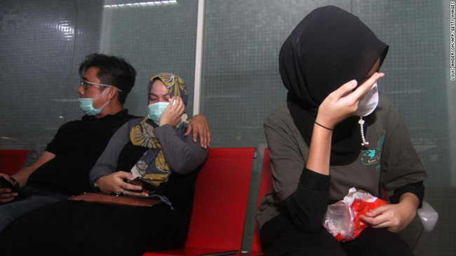 Máy bay rơi ở Indonesia: Có 7 trẻ em và 3 trẻ sơ sinh trên chuyến bay định mệnh, một cặp đôi vừa mới cưới, thân nhân bàng hoàng đau đớn  - Ảnh 2.