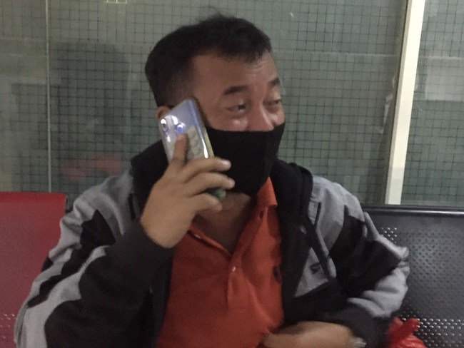 """Người đàn ông thẫn thờ nhìn ảnh con mới sinh trong điện thoại, rơi nước mắt đợi tin từ chuyến bay gặp nạn ở Indonesia: """"Vợ và 3 con tôi là hành khách"""" - Ảnh 4."""