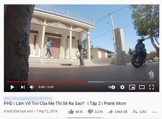 Lại thêm một kênh Youtube cho trẻ chứa nhiều nội dung nhảm nhí: Thử thách đập vỡ TV của mẹ, phá nhà cửa chỉ để cho vui - Ảnh 3.