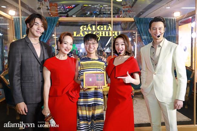 NSND Lê Khanh, Kaity Nguyễn không ngừng cầu cứu khán giả khi bị nhốt trong lồng kính suốt 1 giờ đồng hồ - Ảnh 12.
