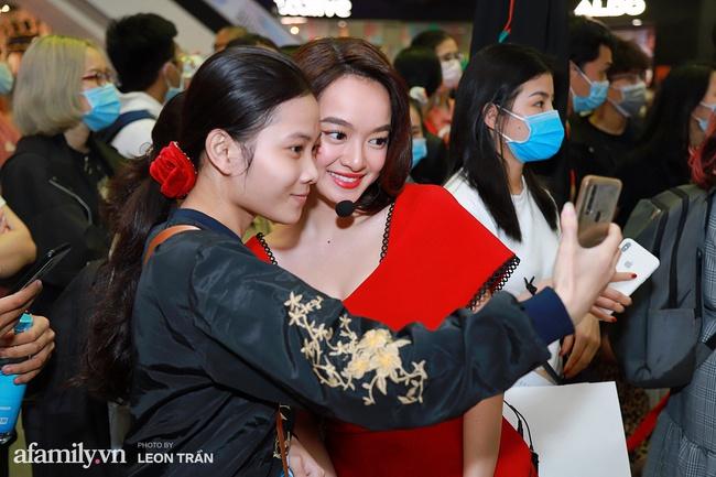 NSND Lê Khanh, Kaity Nguyễn không ngừng cầu cứu khán giả khi bị nhốt trong lồng kính suốt 1 giờ đồng hồ - Ảnh 4.