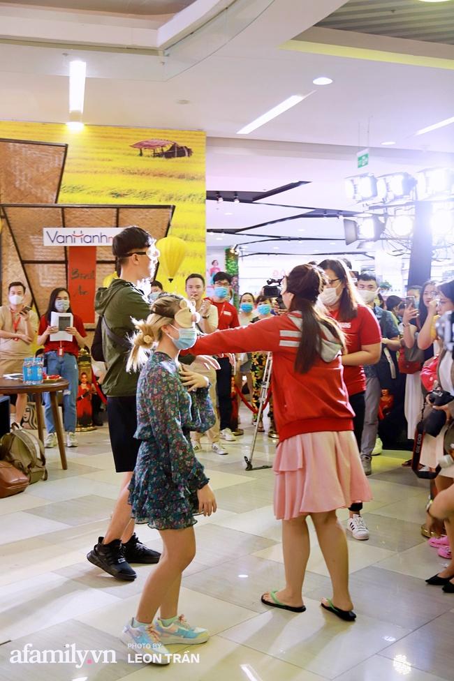 NSND Lê Khanh, Kaity Nguyễn không ngừng cầu cứu khán giả khi bị nhốt trong lồng kính suốt 1 giờ đồng hồ - Ảnh 10.