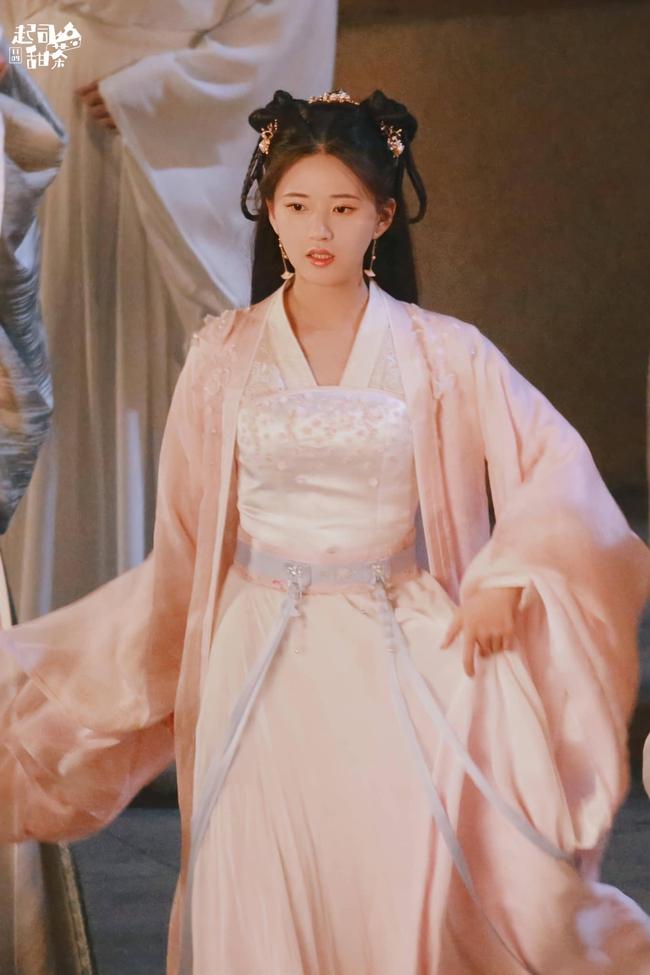 Triệu Lộ Tư cởi áo khoác làm lộ vòng eo nhỏ xíu, đúng là gầy đẹp hơn hồi đóng Trần Thiên Thiên trong lời đồn  - Ảnh 8.