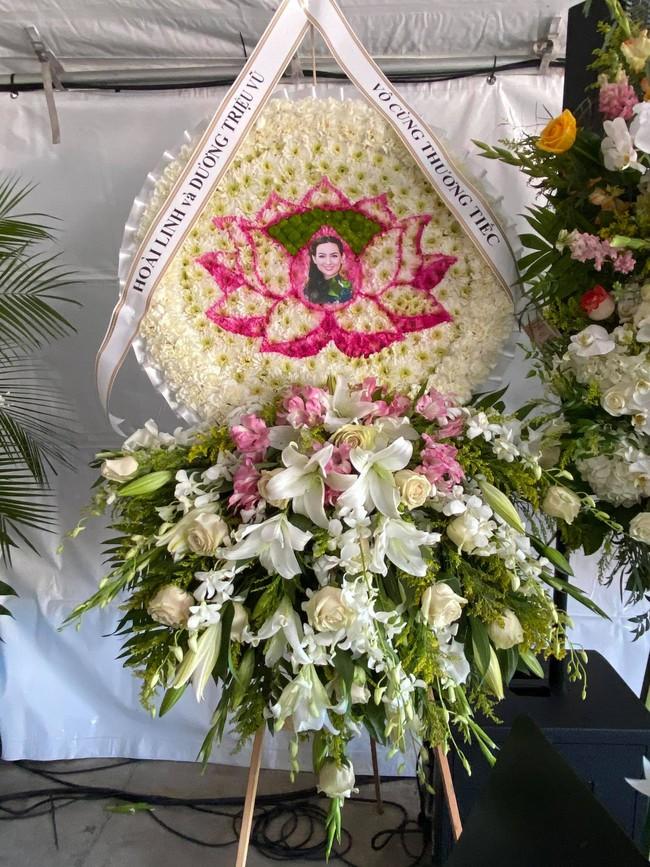 Im lặng suốt thời gian qua, NS Hoài Linh lại có động thái này trong lễ tang của cố ca sĩ Phi Nhung tại Mỹ - Ảnh 1.