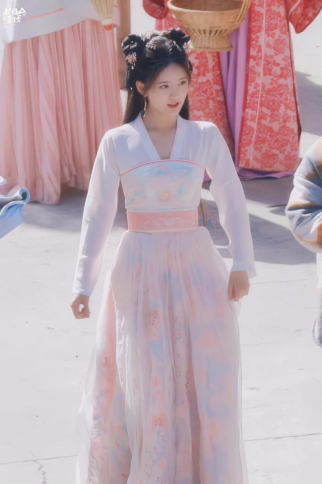 Triệu Lộ Tư cởi áo khoác làm lộ vòng eo nhỏ xíu, đúng là gầy đẹp hơn hồi đóng Trần Thiên Thiên trong lời đồn  - Ảnh 3.