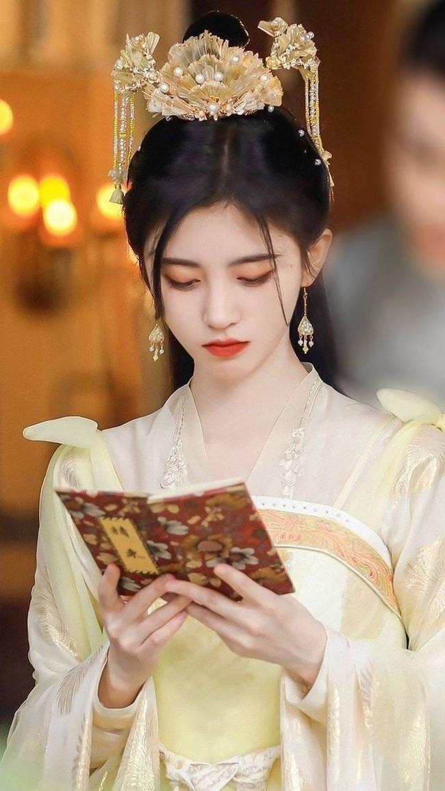 """""""Mỹ nữ 4.000 năm"""" Cúc Tịnh Y đeo đầy vòng vàng, nhìn thì rất đẹp nhưng cứ giống đi hát tuồng, vừa sến vừa quê  - Ảnh 9."""