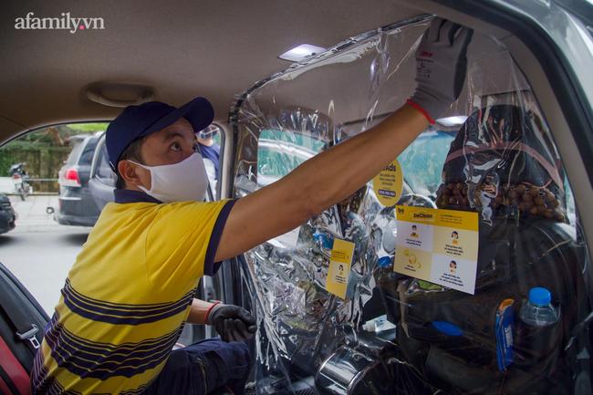 TIN VUI: Người dân TPHCM chính thức được đi ô tô công nghệ trở lại, bên trong được trang bị màn ngăn chống dịch - Ảnh 1.