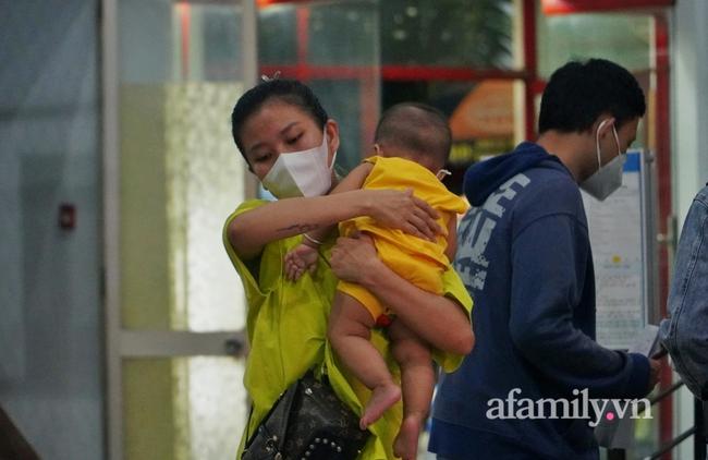 Dốc cạn tiền mua vé về quê nhưng tới phút chót không thể lên tàu, nữ công nhân ôm con bật khóc giữa Ga Sài Gòn và cái kết ấm áp - Ảnh 2.